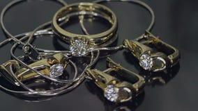 Goldener Diamantring und Ohrringe auf Schwarzem stock video