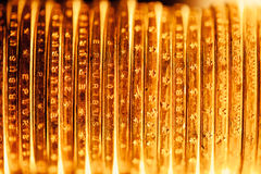 Goldener Dollar prägt Hintergrund Stockbilder