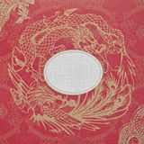 Goldener Drache und Schwan auf einem roten Papier Lizenzfreie Stockbilder