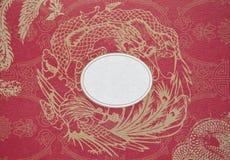 Goldener Drache und Schwan auf einem roten Papier stockfotos