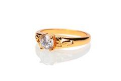 Goldener Ehering mit Diamanten Stockfotografie