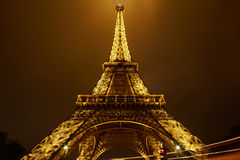 Goldener Eiffelturm in Paris nachts Stockbild