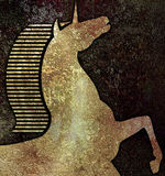 Goldener Einhornkopf, auf nachgemachtem dunklem Steinhintergrund Lizenzfreie Stockfotos