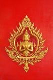 Goldener Engel auf der thailändischen Kunst der roten Wand Stockfotografie