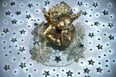 Goldener Engel mit Sternen Stockfoto