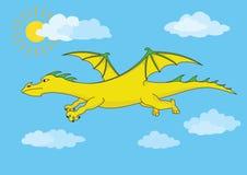 Goldener feenhafter Drache fliegt in den blauen Himmel Stockfotografie