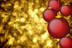 Goldener Feiertagshintergrund mit Weihnachtsverzierungen Stockbild
