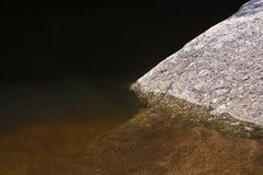 Goldener Felsen in der Fluss-goldenen Stunde glänzt Hintergrund lizenzfreie stockfotografie