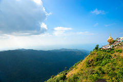 Goldener Felsen, Myanmar. stockbild
