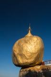 Goldener Felsen oder kyaikhtiyo Stockbild