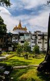 Goldener Gebirgstempel Bangkok Stockfotos
