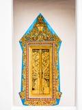 Goldener Gemälderahmen des Fensters mit hölzerner Goldmalereiplatte Stockfotografie