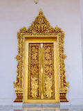 Goldener gemalter Türrahmen des Tempels in Thailand Stockfoto