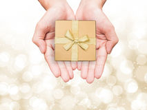 Goldener Geschenkkasten Stockfotos