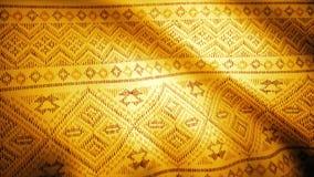 Goldener Gewebehintergrund mit Ostmuster Orientalischer indischer Stoffhintergrund mit goldenem Blumenmuster stock video footage