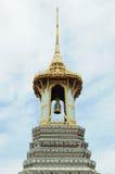 Goldener Glockenturm der thailändischen Art im Smaragd-Buddha-Tempel Stockbilder