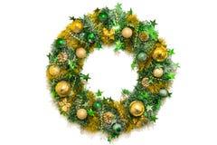 Goldener grüner glänzender Weihnachtsdekorationskranz des Lamettas, der Bögen, der Bälle, der Perlen, der Kegel und der Sterne Lizenzfreies Stockfoto