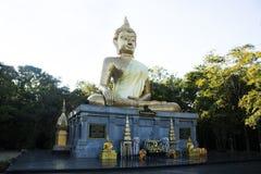 Goldener großer Buddha-Statuenname Phra Mongkol Ming Muang in Amnat Charoen, Thailand lizenzfreies stockbild
