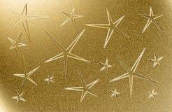 Goldener grungy Hintergrund mit fünf gezeigten Sternen Stockbilder