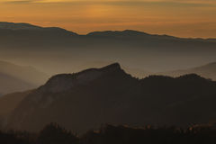 Goldener Herbst auf den Steigungen der Berge des Kaukasus und Lizenzfreies Stockbild
