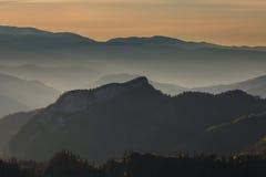 Goldener Herbst auf den Steigungen der Berge des Kaukasus und Stockfoto