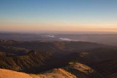 Goldener Herbst auf den Steigungen der Berge des Kaukasus und Stockfotografie