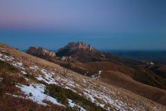 Goldener Herbst auf den Steigungen der Berge des Kaukasus und Stockbilder