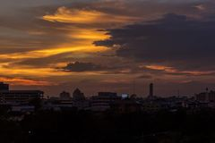 Goldener Himmel morgens an der Stadt Lizenzfreie Stockbilder