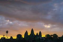 Goldener Himmel von der Sonnenaufgangansicht des alten Tempels stockfotos