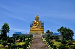 Goldener Himmelhintergrund Buddhas im Garten Lizenzfreies Stockfoto