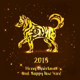 Goldener Hund auf braunem Hintergrund Einladung des neuen Jahres Auch im corel abgehobenen Betrag Lizenzfreies Stockbild