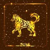 Goldener Hund auf schneebedecktem dunklem Hintergrund Symbol des Chinesischen Neujahrsfests Lizenzfreie Stockfotos