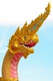 Goldener König von Nagas am thailändischen Tempel Lizenzfreies Stockbild