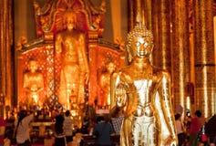 Goldener Körper von Buddha innerhalb des reichen thailändischen Tempels mit Menge von Touristen Lizenzfreies Stockfoto