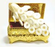 Goldener Kasten mit Süßigkeitsgruppe lizenzfreies stockbild