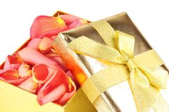Goldener Kasten voll Roseblumenblätter stockfotografie