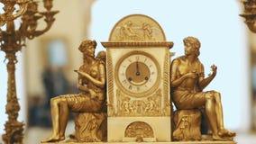 Goldener Kerzenhalter Kunst Retro- Art Weinlesegolduhren stock footage