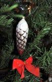 Goldener Kieferkegel Weinleseweihnachten spielt auf Baumhintergrund des neuen Jahres Stockfoto