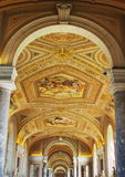 Goldener Kircheinnenraum lizenzfreies stockfoto
