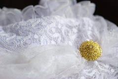 Goldener Knopf auf weißem Hemd Stockfotografie