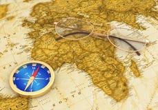 goldener Kompass auf der alten Karte mit Gläsern Lizenzfreie Stockfotografie