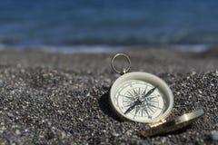 Goldener Kompass auf der Küste Fokus auf Kompass stockfoto