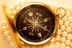 Goldener Kompass auf Perle Stockfotografie