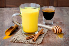 Goldener Latte Milch der Gelbwurz mit Zimtstangen und Honig Fetter Brenner der Detoxleber, immune Förderung, entzündliches Antige Stockbild