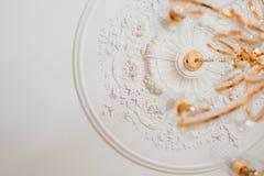 Goldener Leuchter auf der Decke Stockbilder