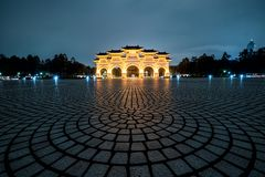 Goldener Liberty Square Arch nachts Der Haupttoreingang in Liberty Square von Taipeh, Taiwan lizenzfreie stockbilder