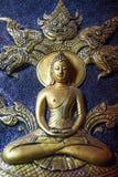 Goldener Lord Buddha mit fünf ging das Nagaschnitzen voran Lizenzfreies Stockfoto