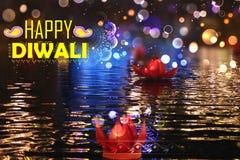 Goldener Lotos formte das diya, das auf Fluss in Diwali-Hintergrund schwimmt Stockfoto