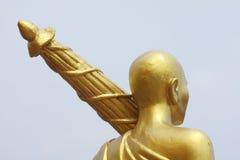 Goldener Mönch mit Regenschirm Stockbilder