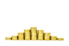 Goldener Münzenstapel auf weißem Hintergrund Lizenzfreie Stockfotos